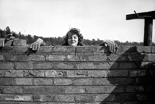 Denise Scott Brown hilft beim Bau einer Tennishalle an der Universität Witwatersrand 1950 / Foto: Clive Hicks