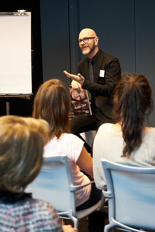 Der Make-up Profi steht im Workshop mit Rat und Tat zur Seite / Foto: Max Spilcke-Liss
