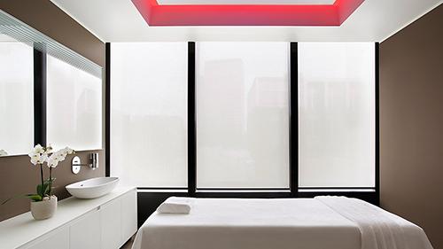 Ganz in Weiß: einer der sechs Treatment-Räume im Shiseido Spa, das 2016 als bestes Hotel-Spa Italiens ausgezeichnet wurde / Foto: Excelsior Hotel Gallia / Shiseido
