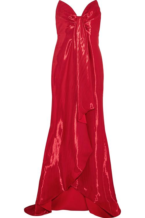 Trägerlose Robe aus Lamé mit Drapierung von Oscar de la Renta / Foto: PR