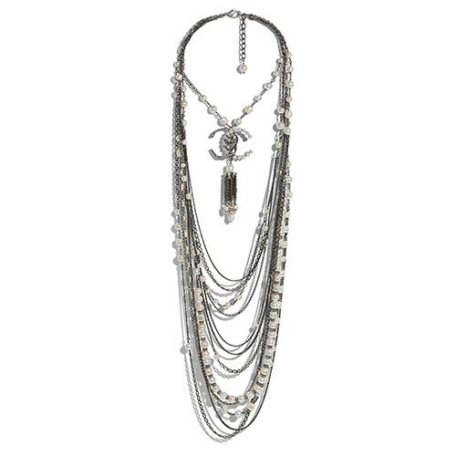 Kette aus Metall, Glas und Strass von Chanel / Foto: PR
