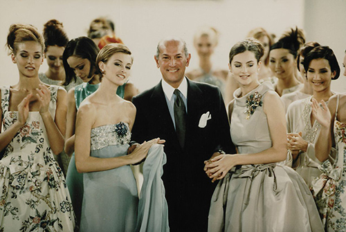 Designer Oscar de la Renta poses with models after the showing of his spring 1996 collection in New York, November 1995. Foto: AP Photo / Paul Hurschmann