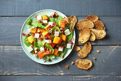 Gebackener Kürbis auf Grünkohlbett mit Ciabatta-Chips und Ziegenkäse von HelloFresh