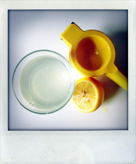 Wasser mit Zitrone wirkt basisch