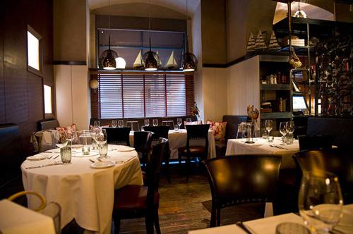 Von außen eher unscheinbar, verbirgt sich im Langosteria 10 ein Restaurant mit intimem Ambiente – und eine Top-Adresse für Fischgerichte