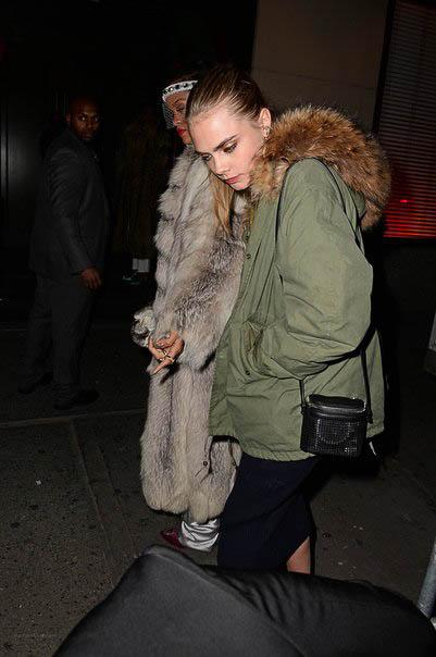 Model Cara Delevigne mit einer KARA Bag