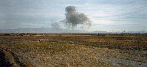 Luc Delahaye, US Bombing on Taliban Positions, 2001, © Courtesy Luc Delahaye & Galerie Nathalie Obadia, Paris/Bruxelles