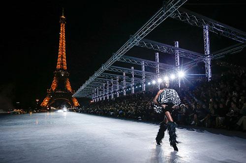 Beeindruckende Kulisse: Saint Laurent legt die F/S-Kollektion 2018 dem funkelnden Eiffelturm zu Füßen / Foto: catwalkpictures.com