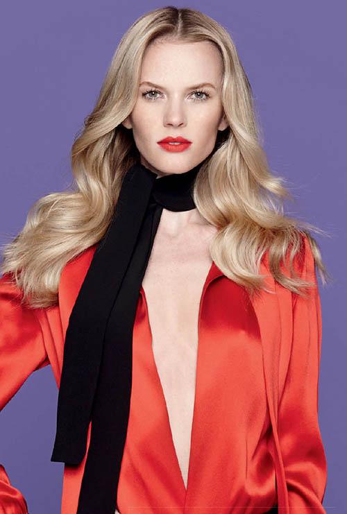 Unser Coverstar Anne V ist Lady in Red: Miuccia Prada stimmt mit starken Looks, inspiriert von Rainer Werner Fassbinders Filmen und Frauen der deutschen Avantgarde, auf die kommende H/W-Saison ein